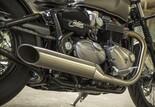 """Triumph Bonneville Bobber 2017 Bild 4 Doppelauspuff aus gebürstetem Edelstahl mit leichteren """"Slash-Cut""""-Peashooter-Schalldämpfern für einen satten, einzigartigen Bobber-Sound"""