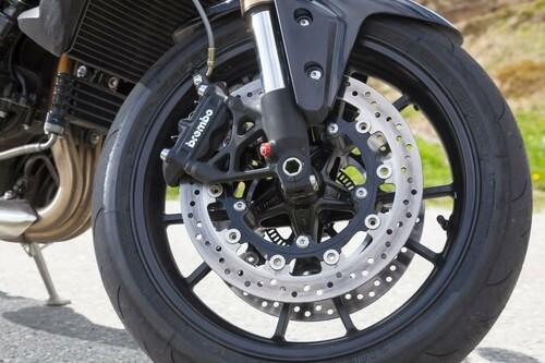 http://www.motorrad-bilder.at/slideshows/291/009689/triumph-speed-triple-ischgl-2013-20.jpg