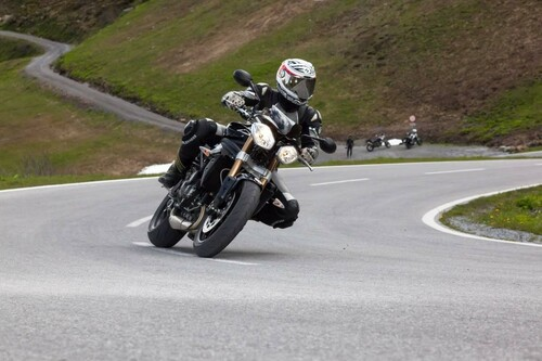 http://www.motorrad-bilder.at/slideshows/291/009689/triumph-speed-triple-ischgl-2013-4.jpg