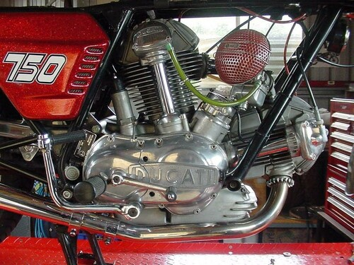 http://www.motorrad-bilder.at/slideshows/291/009820/harley_davidson_breakout_2013_23.jpg