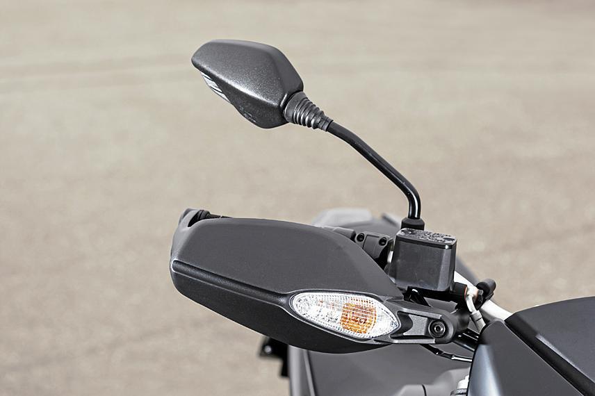 Die Spiegel der neuen Ducati Hypermotard wieder auf gewohnter Position