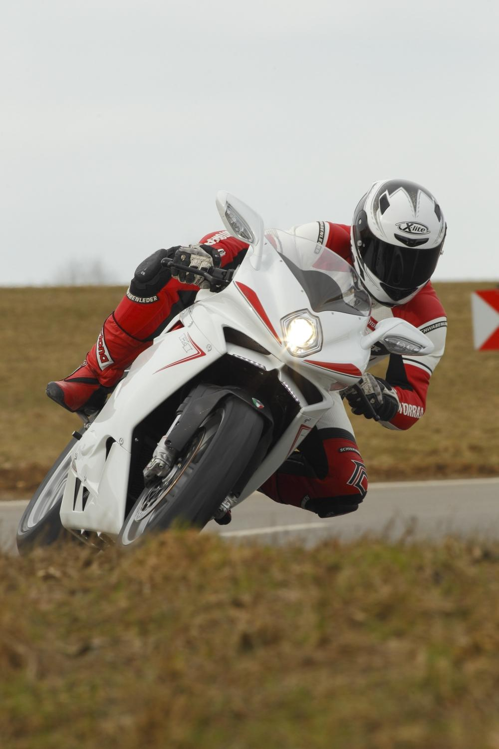 http://www.motorrad-bilder.at/slideshows/291/009267/mv-agusta-f4-005.jpg