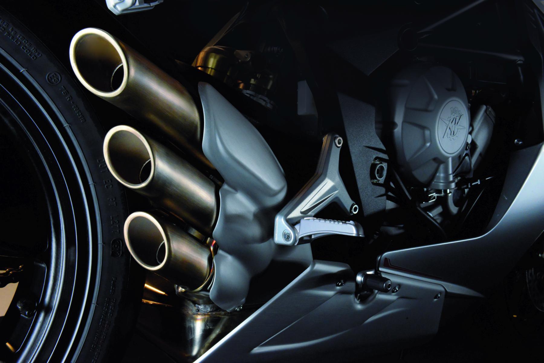 Wie schon die erste F4 750 vier besessen hat, besitzt die MV Agusta F3 800 nun drei Orgelpfeifen als Auspuff.