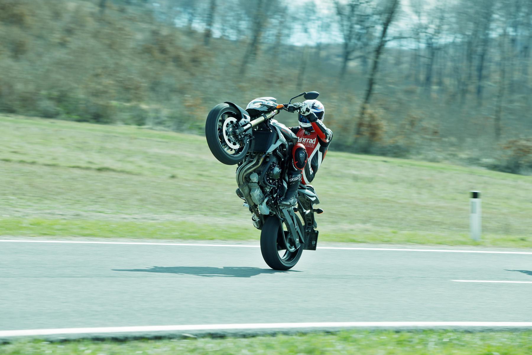 http://www.motorrad-bilder.at/slideshows/291/009681/brutale800-gsr750-2013-31.jpg
