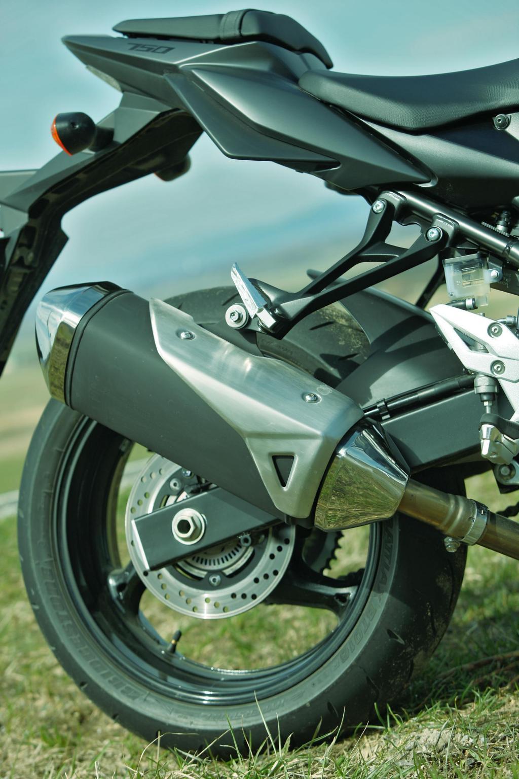 http://www.motorrad-bilder.at/slideshows/291/009681/brutale800-gsr750-2013-38.jpg