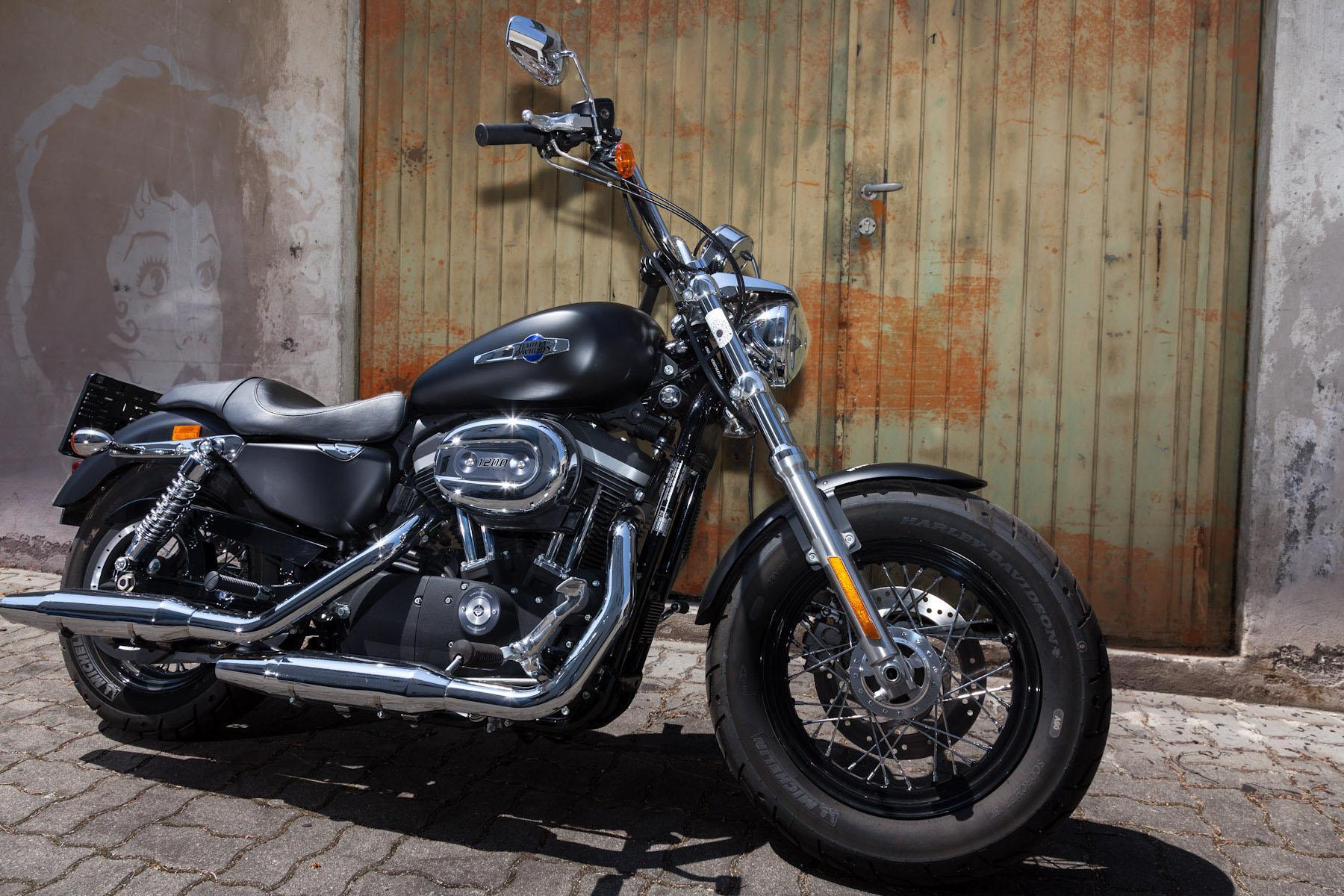 http://www.motorrad-bilder.at/slideshows/291/009840/harley_davidson_sportster_custom_limeted_2013-2_bearbeitet.jpg