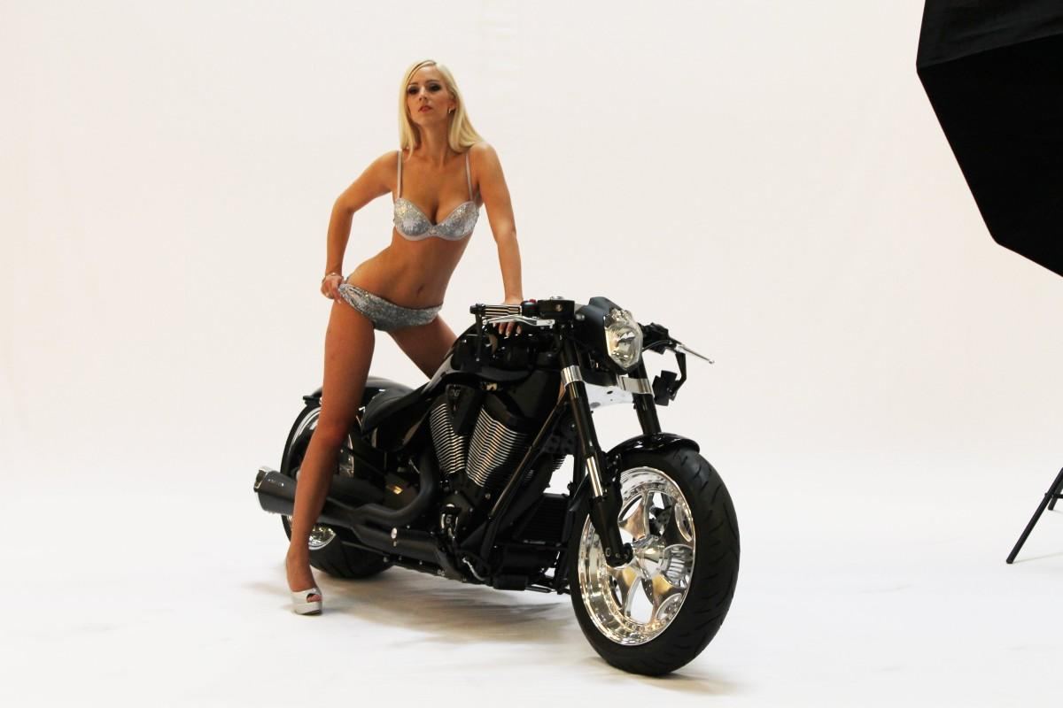 http://www.motorrad-bilder.at/slideshows/291/010039/victory_hammer_8-ball_black_smc8.jpg