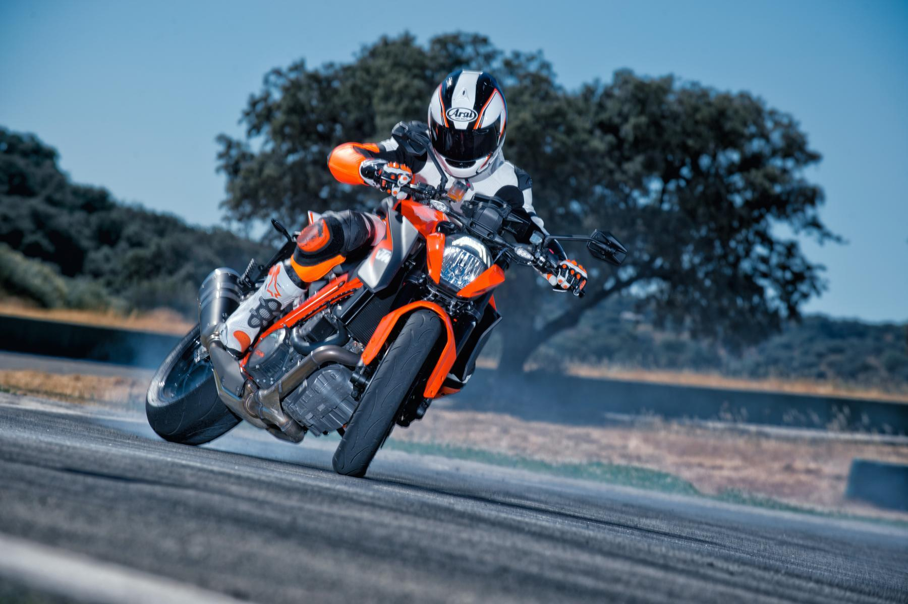 ktm 1290 super duke r action fotos motorrad fotos motorrad bilder. Black Bedroom Furniture Sets. Home Design Ideas