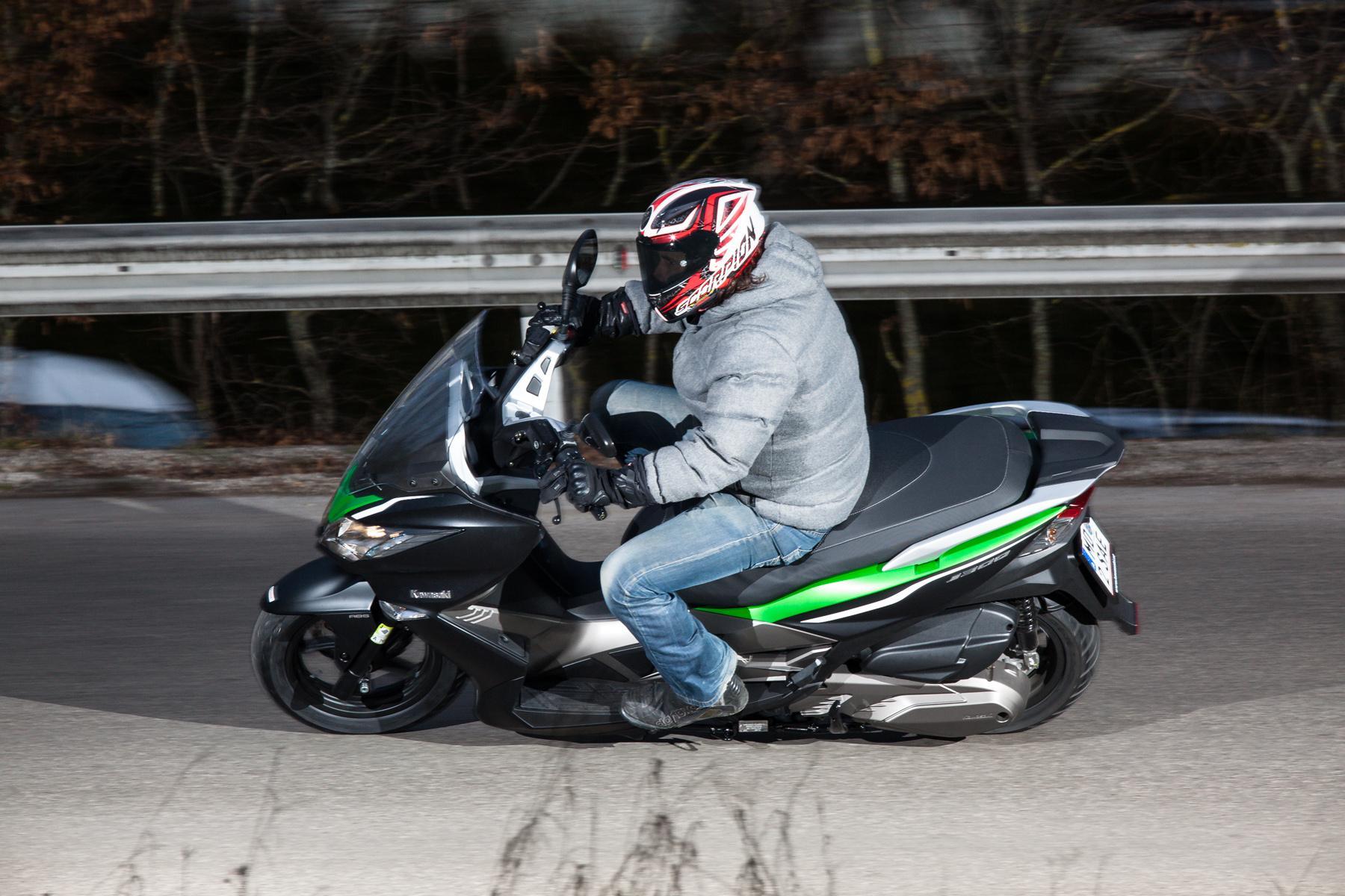 http://www.motorrad-bilder.at/slideshows/291/010647/kawasaki_j300_roller-41.jpg