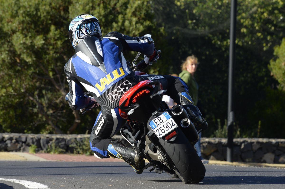 http://www.motorrad-bilder.at/slideshows/291/010776/ducati_monster1200s_action_51.jpg