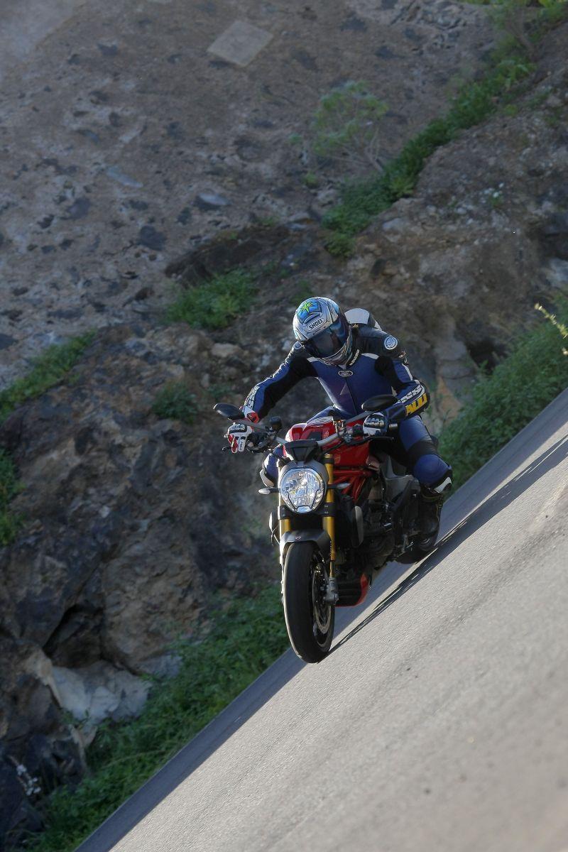http://www.motorrad-bilder.at/slideshows/291/010776/ducati_monster1200s_action_8.jpg