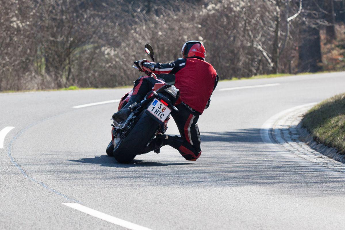 http://www.motorrad-bilder.at/slideshows/291/010872/bmw_s1000r_kawasaki_z1000_action_14.jpg