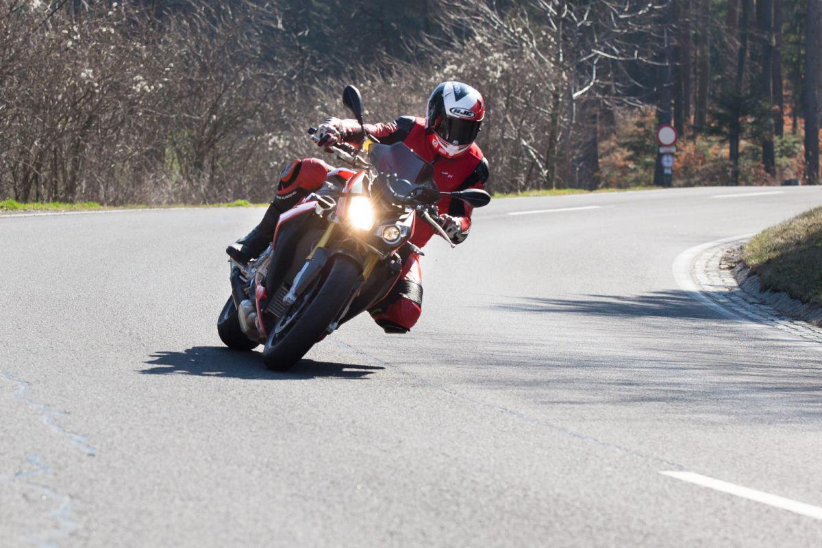 http://www.motorrad-bilder.at/slideshows/291/010872/bmw_s1000r_kawasaki_z1000_action_9.jpg