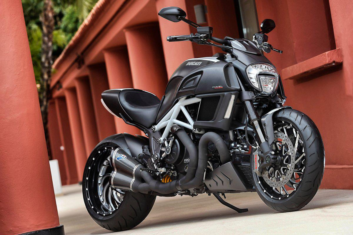 http://www.motorrad-bilder.at/slideshows/291/010901/ducati-diavel-15.jpg