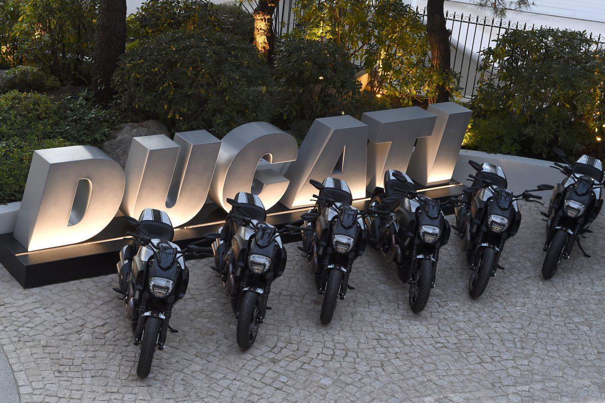 http://www.motorrad-bilder.at/slideshows/291/010901/ducati-diavel-46.jpg