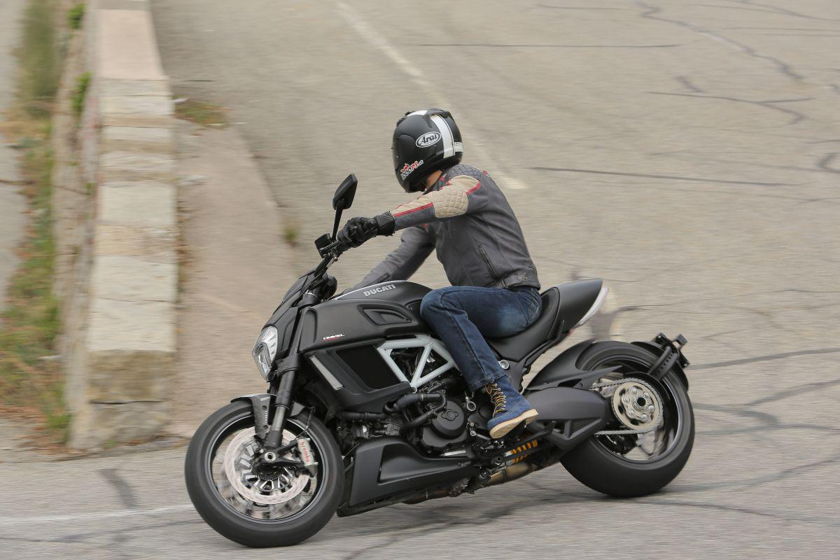 http://www.motorrad-bilder.at/slideshows/291/010913/ducati_diavel_2014_action_16.jpg