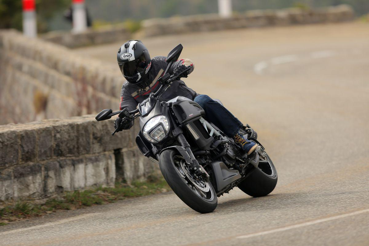 http://www.motorrad-bilder.at/slideshows/291/010913/ducati_diavel_2014_action_21.jpg