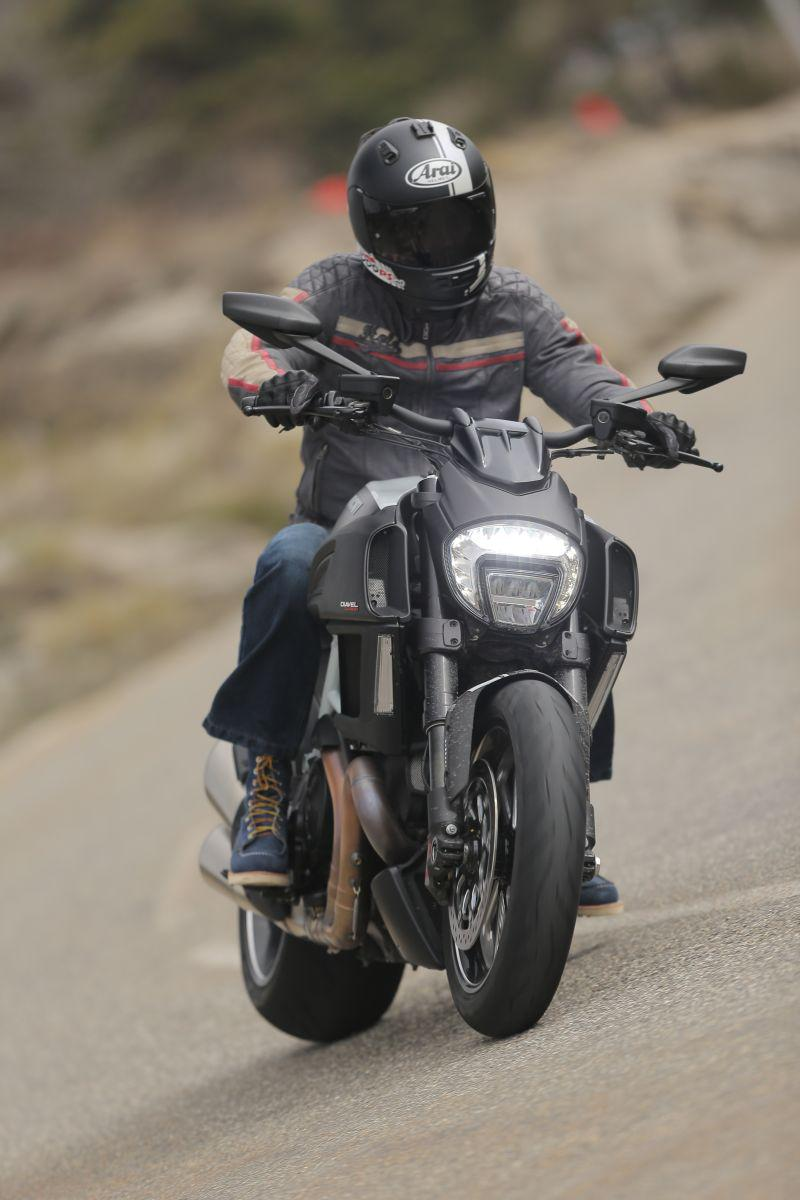 http://www.motorrad-bilder.at/slideshows/291/010913/ducati_diavel_2014_action_23.jpg