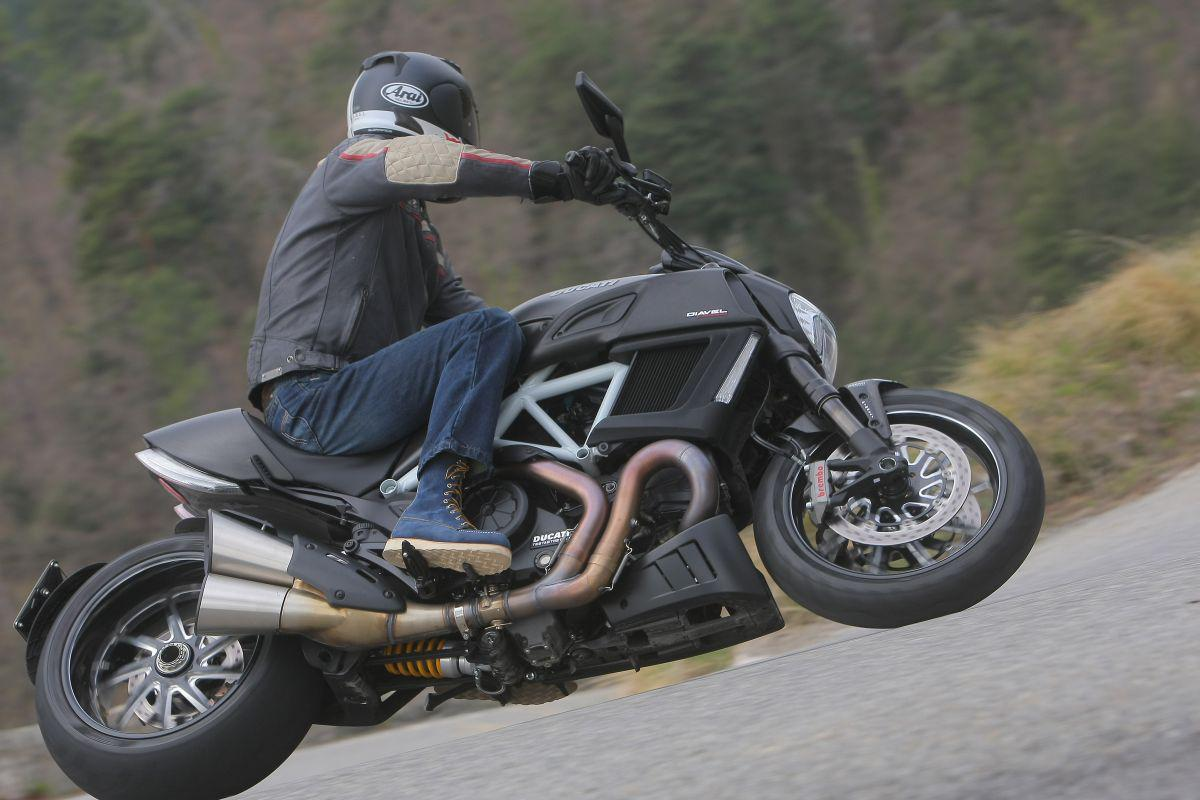 http://www.motorrad-bilder.at/slideshows/291/010913/ducati_diavel_2014_action_37.jpg