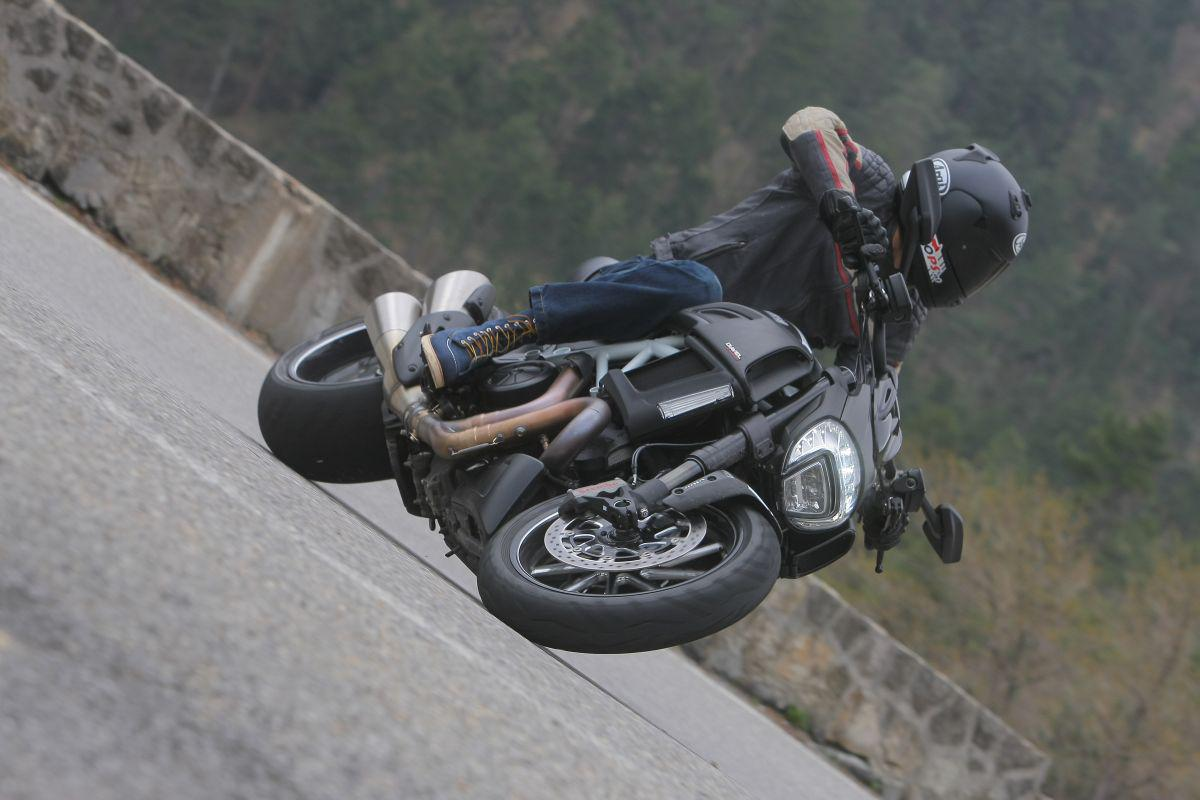 http://www.motorrad-bilder.at/slideshows/291/010913/ducati_diavel_2014_action_39.jpg