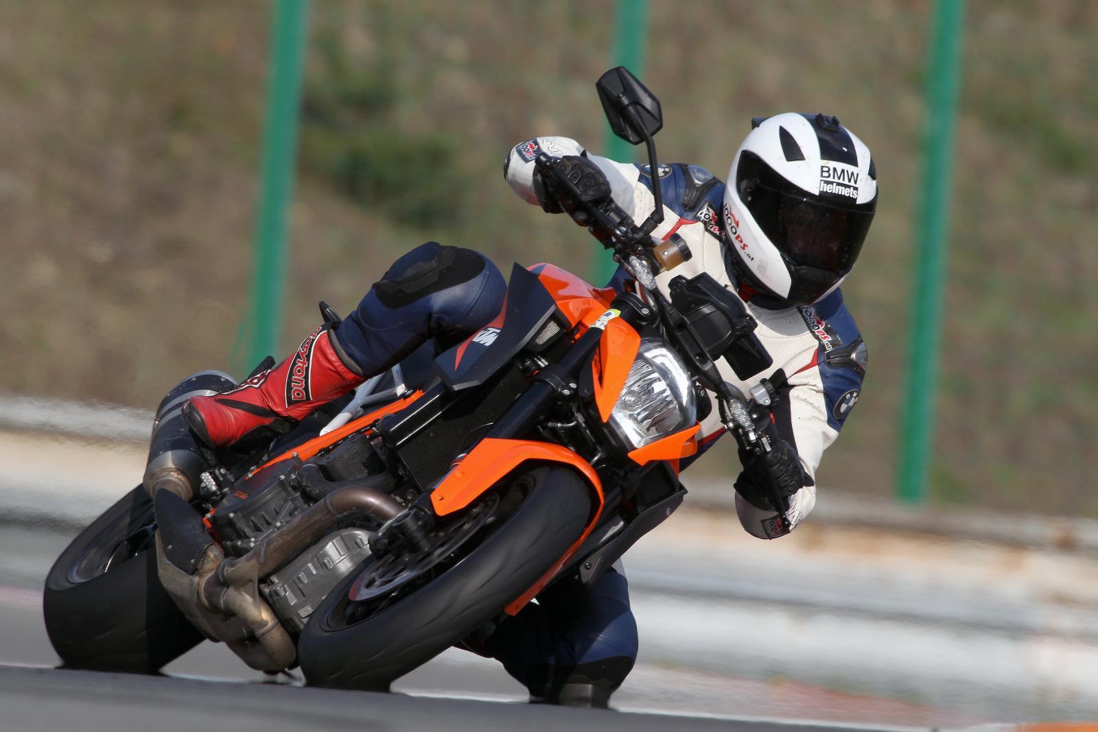 http://www.motorrad-bilder.at/slideshows/291/010872/bmw_s1000r_kawasaki_z1000_action_11.jpg
