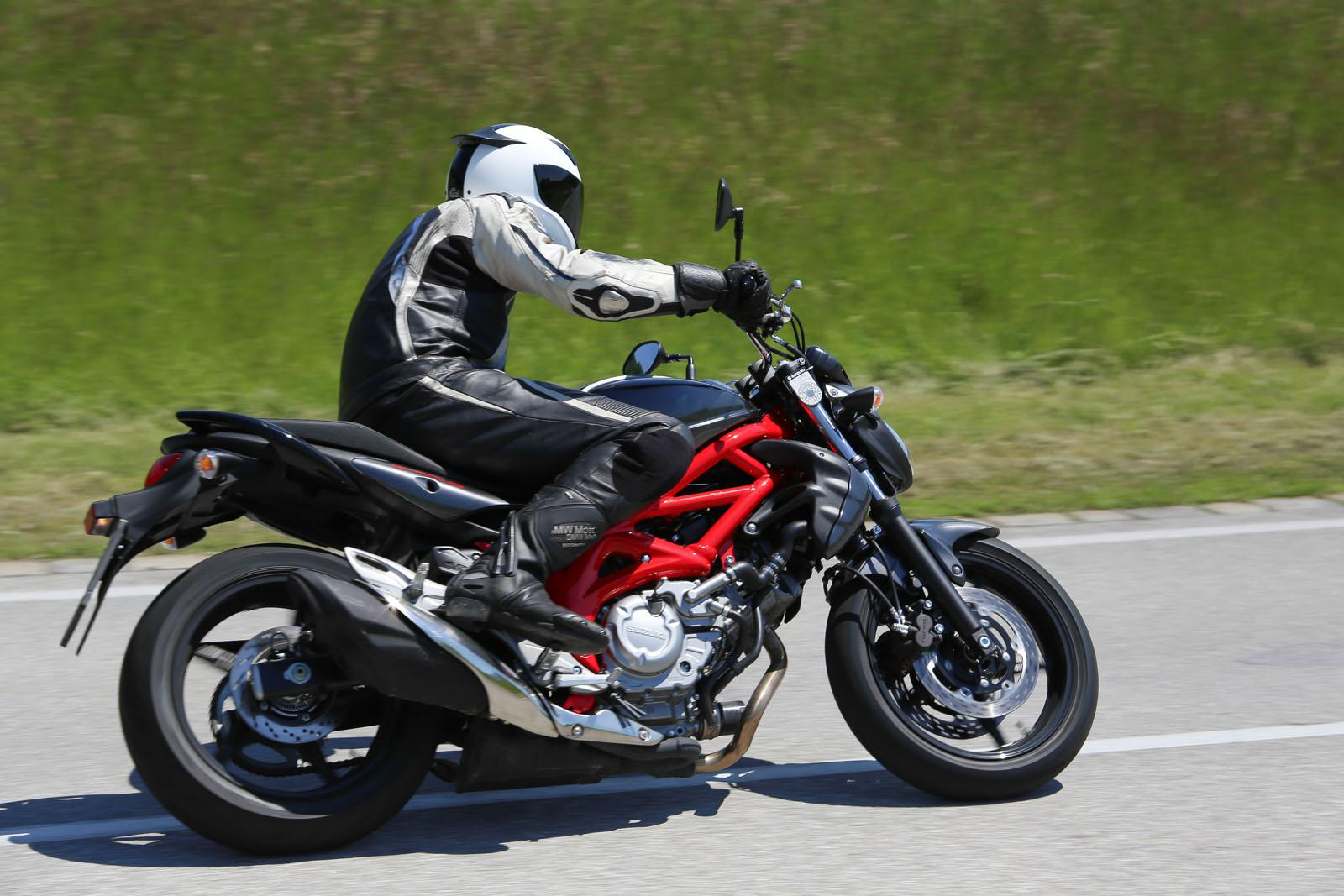 http://www.motorrad-bilder.at/slideshows/291/011178/NakedbikeTestAuswahl8.jpg