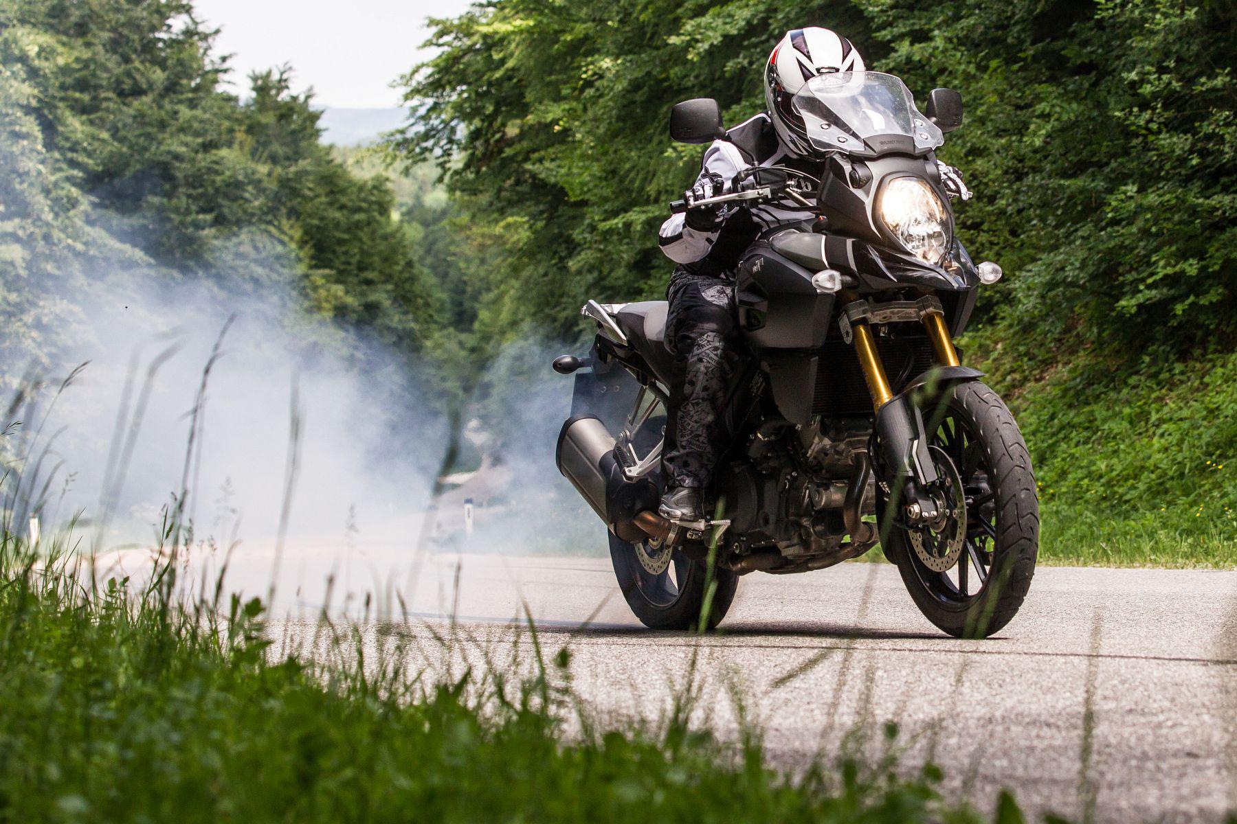 Suzuki V-Strom 1000 Test   Stunts, Action, Fahraufnahmen Foto