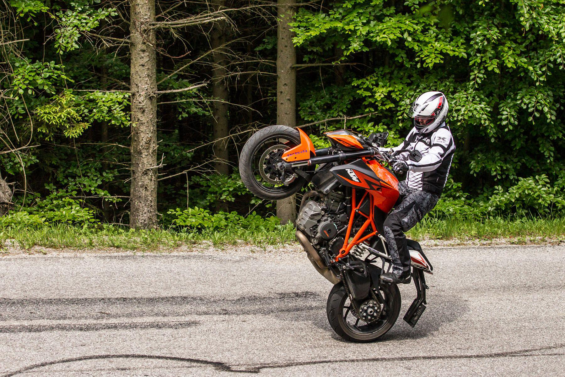 ktm 1290 super duke r stunts action test motorrad fotos motorrad bilder. Black Bedroom Furniture Sets. Home Design Ideas