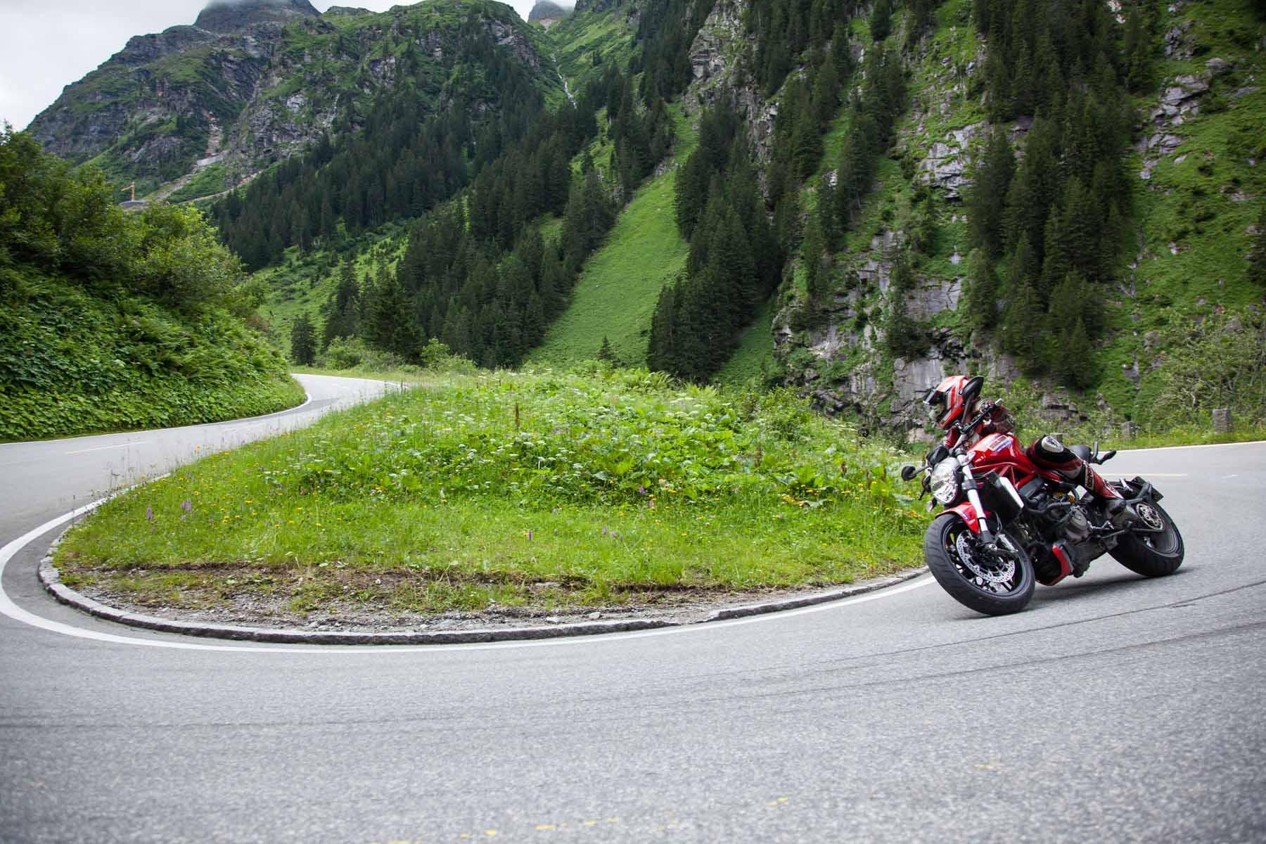 Ducati Monster 1200 Spitzkehre