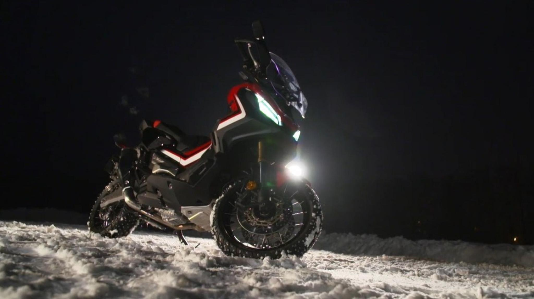 Marc Marquez im Schnee mit dem Honda X-ADV Foto