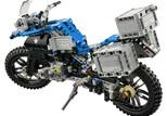 LEGO Technic BMW R 1200 GS Bild 6 Die BMW Telelever Vorderradaufhängung, die Kardan-Antriebswelle sowie der bewegliche BMW Motorrad Zweizylinder-Boxermotor, setzt sich in Gang, sobald das Motorrad bewegt wird.