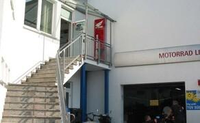Motorrad Lippmann Bild 8 Aufgang zur Bekleidungsabteilung und zur Yamaha Ausstellung über die Treppe links.  Rechts unten gehts in unsere Werkstatt.
