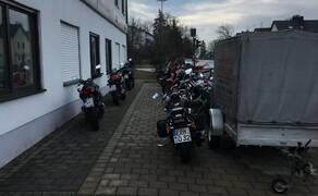 """Motorrad Lippmann Bild 5 Die """"Abholspur"""": Wenn Eure Motorräder aus dem Service kommen, findet Ihr sie immer für Euch greifbar vor unserem Hauptgebäude."""