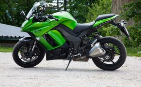Kawasaki Z1000SX Test | Stunts, Action, Fahraufnahmen Bild 5 Kot: Die SX wirkt etwas schwerfälliger und nicht so agil wie die Nackte, wobei man nicht vergessen darf, dass uns die Wahrnehmung bei verkleideten Bikes mit Windschild immer einen Streich spielt.