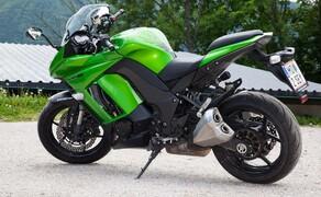 Kawasaki Z1000SX Test | Stunts, Action, Fahraufnahmen Bild 12 Nils: Kenner wissen längst, dass die SX ein sehr universelles Motorrad ist, das Vielfahrer schätzen, die gerne auch flott unterwegs sind. Fahrer von alten Fazer 1000 Modellen werden sie ebenso mögen wie Ninja-Fahrer die nun mehr Komfort möchten.