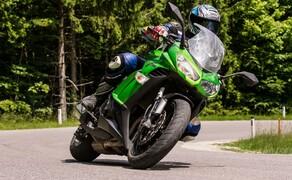Kawasaki Z1000SX Test | Stunts, Action, Fahraufnahmen Bild 9 Nils: Die SX ist gewiss nicht die bessere Z 1000. Sie ist in Wahrheit ein anderes Motorrad. Sie kauft man, wenn man etwas länger über die Kaufentscheidung nachdenkt, die nackte Z nimmt man ohne langes Nachdenken direkt nach der Probefahrt.