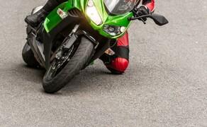 Kawasaki Z1000SX Test | Stunts, Action, Fahraufnahmen Bild 3 Kot: Beim Vergleich der technischen Daten mit der Z1000 fallen einige Änderungen auf: Mehr Federweg hinten, etwas mehr Sitzhöhe, mehr Gewicht....aber viel ist es nicht. Deshalb blieb der Charakter des Naked Bikes fast gänzlich erhalten.