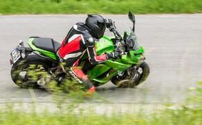 Kawasaki Z1000SX Test | Stunts, Action, Fahraufnahmen Bild 11 Kot: Lieber wäre mir eine Z1000 mit Windscreen statt der praktisch vollverkleideten SX, sie schon fast wie ein Supersportler aussieht.Vielleicht braucht sie noch etwas Abstimmung bei Geometrie und Fahrwerk.
