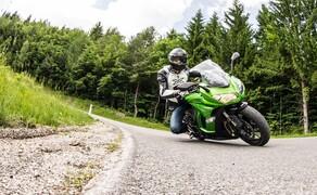 Kawasaki Z1000SX Test | Stunts, Action, Fahraufnahmen Bild 1 Nils: Die Z1000SX wirkt im Vergleich zur radikalen nackten Z etwas unspektakulärer. Auch wird über sie deutlich weniger geredet oder geschrieben.