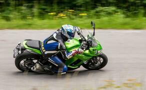Kawasaki Z1000SX Test | Stunts, Action, Fahraufnahmen Bild 2 Vauli: Die Sitzposition ist angenehm, der Windschutz könnte aber besser sein, man muss sich schon ziemlich klein machen, um das Windschild nutzen zu können.