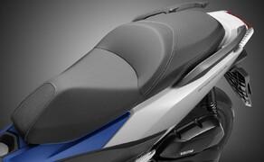 Honda Forza125 Bild 1 Mit einem Radstand von 1490 mm, einer Sitzhöhe von 780 mm und 120/70-15, 140/70-14 Bereifung ist der Honda Forza 125 ausgewachsen dimensioniert. Unter der Sitzbank bietet er zudem 48 Liter Stauraum, was das Verstauen von 2 Integralhelmen möglich machen sollte.