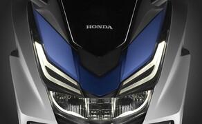 Honda Forza125 Bild 3 Natürlich setzt Honda bei diesem Premiumprodukt LED-Technik ein, das nicht nur flott aussieht. Angetrieben von 14,3 PS, die über ein verlustarmes Variomatik-Getriebe übertragen werden, soll der Forza seinem Namen gerecht werden und die klassenbeste Beschleunigungswerte liefern. Wir werden es testen.