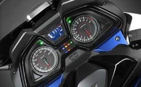 Honda Forza125 Bild 4 Aufgeräumt und übersichtlich wurde das Cockpit gestaltet. Neben analoger Geschwindigkeits- und Drehzahlanzeige werden in einem zentralen LCD-Feld weitere zusatzinformationen dargestellt.