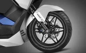 Honda Forza125 Bild 5 Der Forza rollt mit einem 15 Zoll Vorderrad und 14 Zoll Hinterrad auch über unsanften Untergrund. Eine 265 bzw. 240 mm Scheibe (vorne Zweikolbenbremszange) reichen dem 162 kg leichten Gefährt zur zeitgerechten Verzögerung. In besonderen Fällen unterstützt ein ABS den Fahrer.
