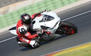 Ducati 959 Panigale Test Valencia Bild 15 Im Radius gibt sich die Panigale immer berechenbar und wirkt niemals nervös.
