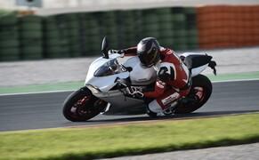 Ducati 959 Panigale Test Valencia Bild 2 Die neue Maschine ist in allen wesentlichen Punkten im Vergleich zur 899 verbessert worden.