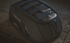 Trägersystem von SW-MOTECH für Legend Gear Seitentaschen im Retro-Design Bild 7 Tankrucksack LT1: Der kompakte Magnet-Tankrucksack LT1 (3 - 5,5 l Volumen) passt auf nahezu alle Stahltanks. Ein Legend Gear Tankrucksack mit Riemenbefestigung ist ebenfalls erhältlich.