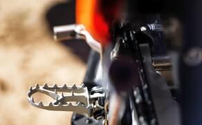 KTM EXC Enduro Palette 2017 - Test Bild 15 Die Fußrasten sind neu und 6 mm höher als bei den MX Modellen. Wer auf Bodenfreiheit verzichten möchte aber gerne etwas gemütlicher oben steht, kann die MX Rasten montieren.
