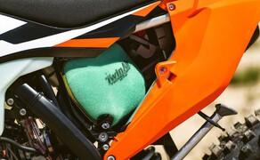 KTM EXC Enduro Palette 2017 - Test Bild 14 Der Luftfilter ist nun noch leichter zu wechseln wie bisher. Bürohengste durften ihn vor Ort mit der linken Hand tauschen. Dabei kann er nicht mehr verkehrt rum eingesetzt werden.