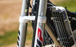 KTM EXC Enduro Palette 2017 - Test Bild 20 Auch die Gabeln sind neu. In beiden Rohren sind Druck- und Zugstufen untergebracht.